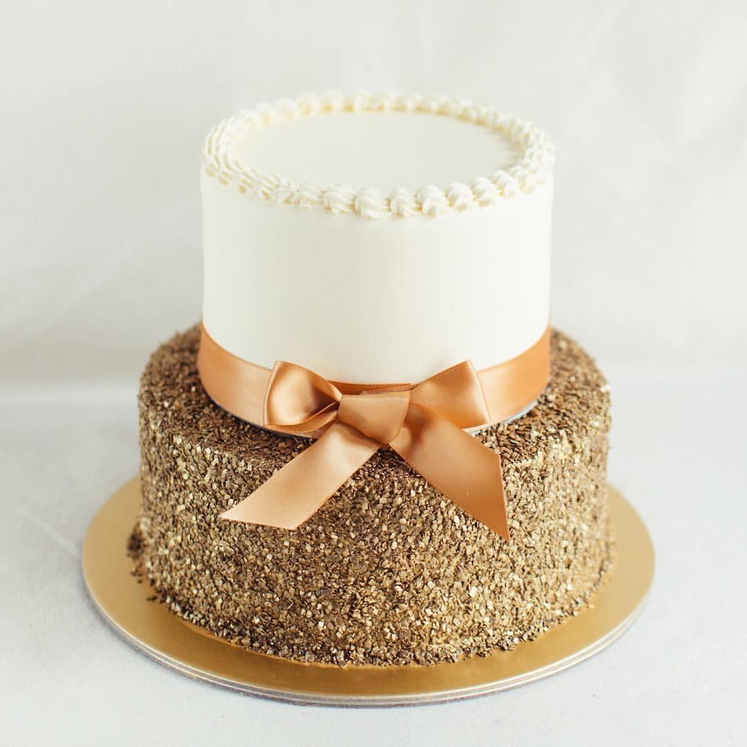 двухъярусный торт с бантом