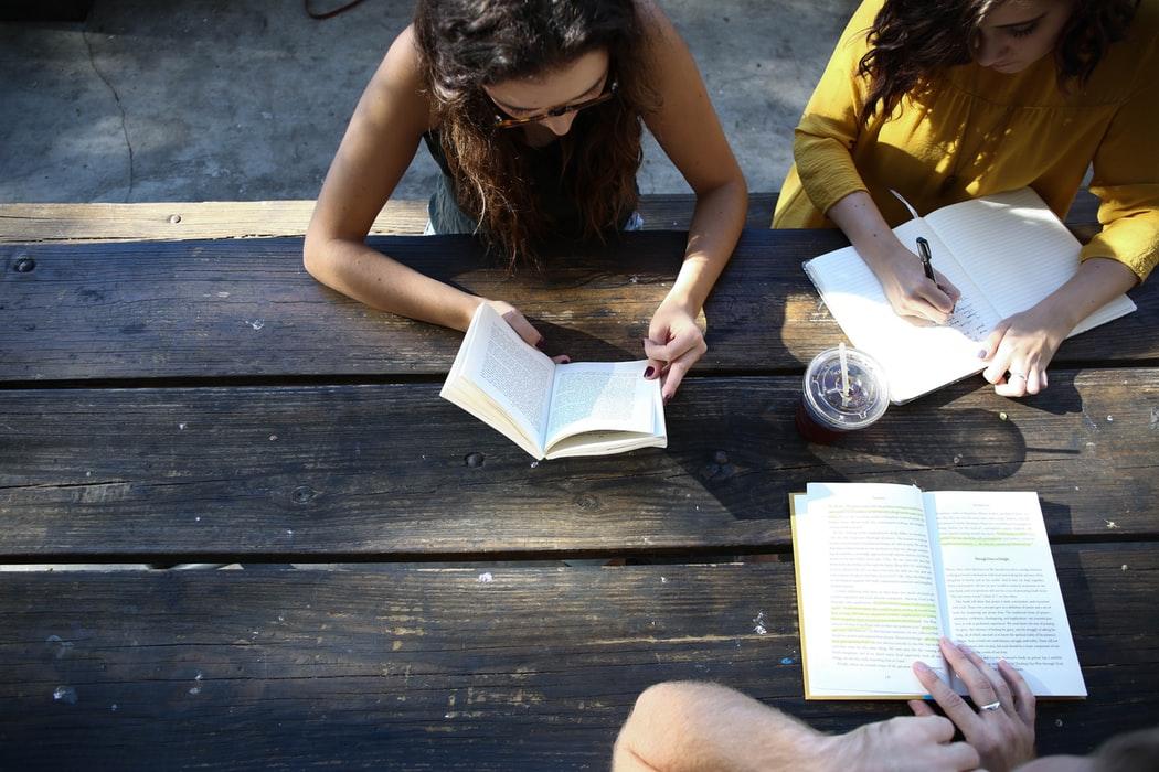 студенты учатся